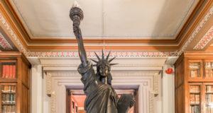 estatua de la libertad de barcelona