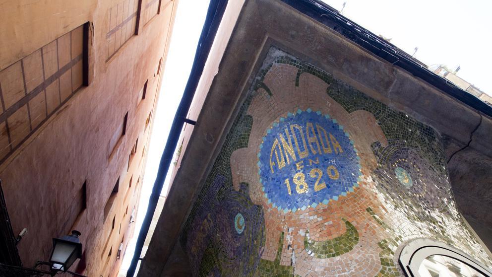 El nuevo mosaico Modernista descubierto en la esquina del Raval - novedades, lugares