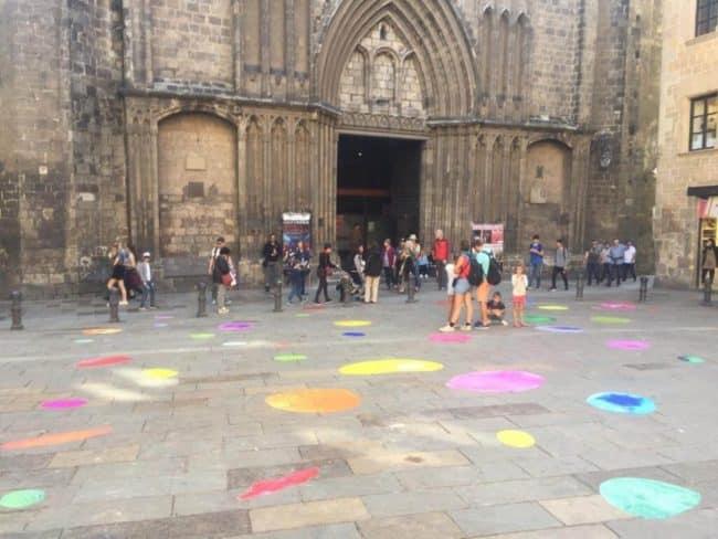 From Bubble Barcelona: el proyecto que llena el suelo de la ciudad de manchas de colores - eventos-en-barcelona