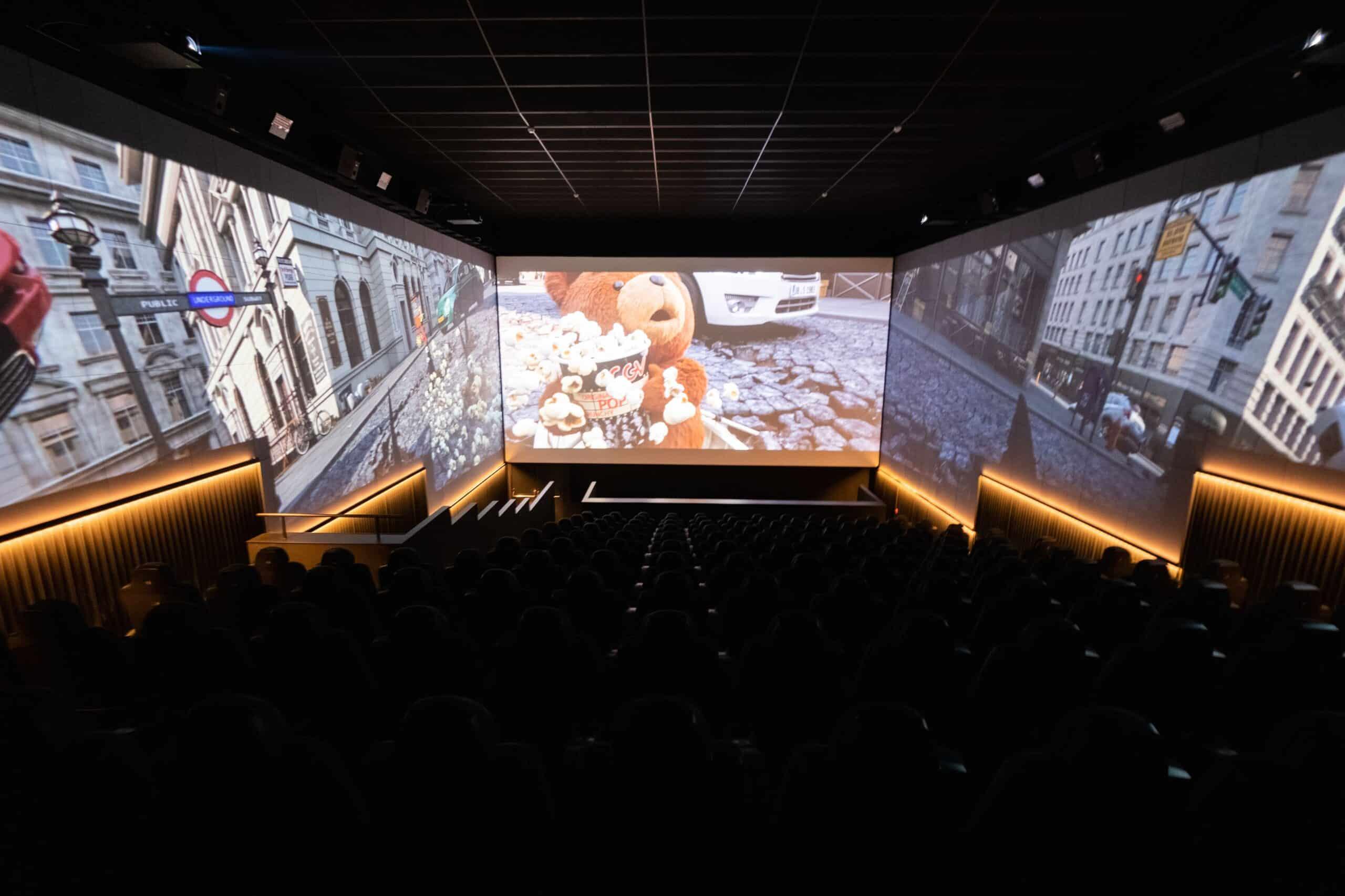 En Barcelona hay una sala de cine con triple pantalla - lugares, canal-tv