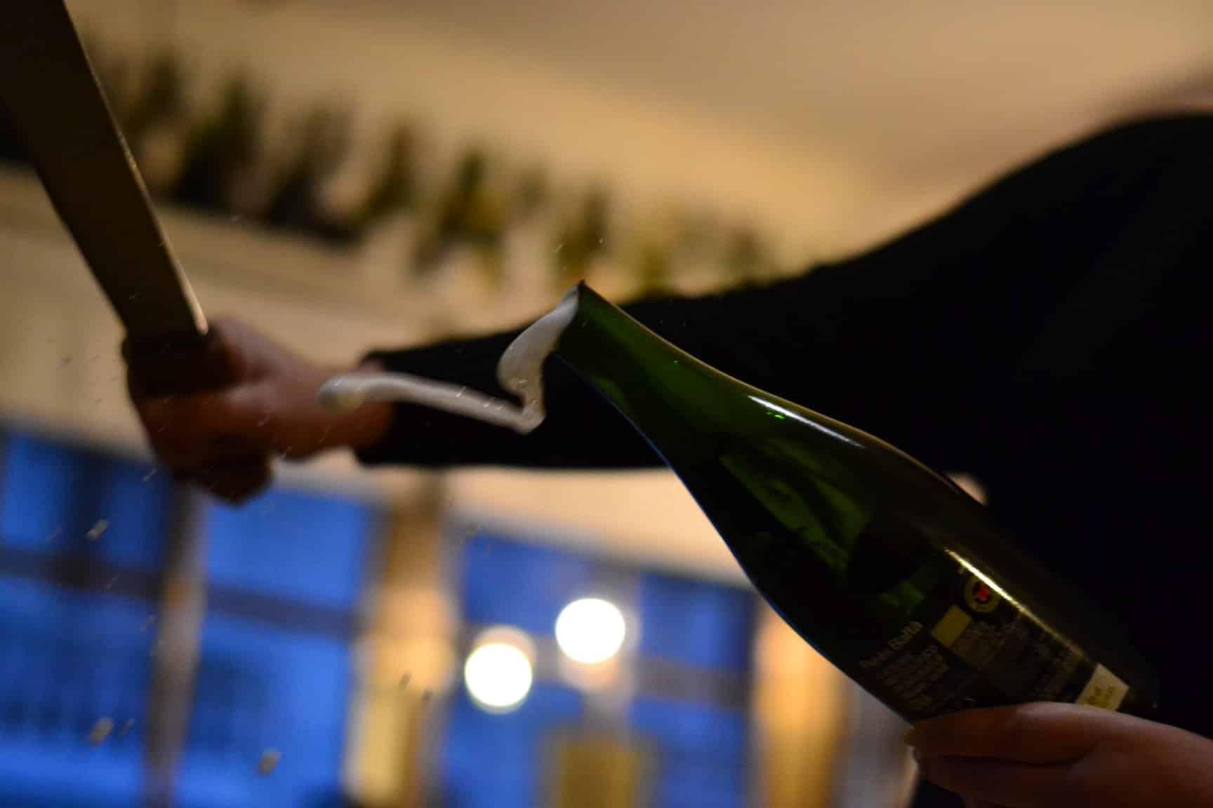 Aprende a abrir una botella de vino con un sable en Uncorked Academy - novedades, lugares